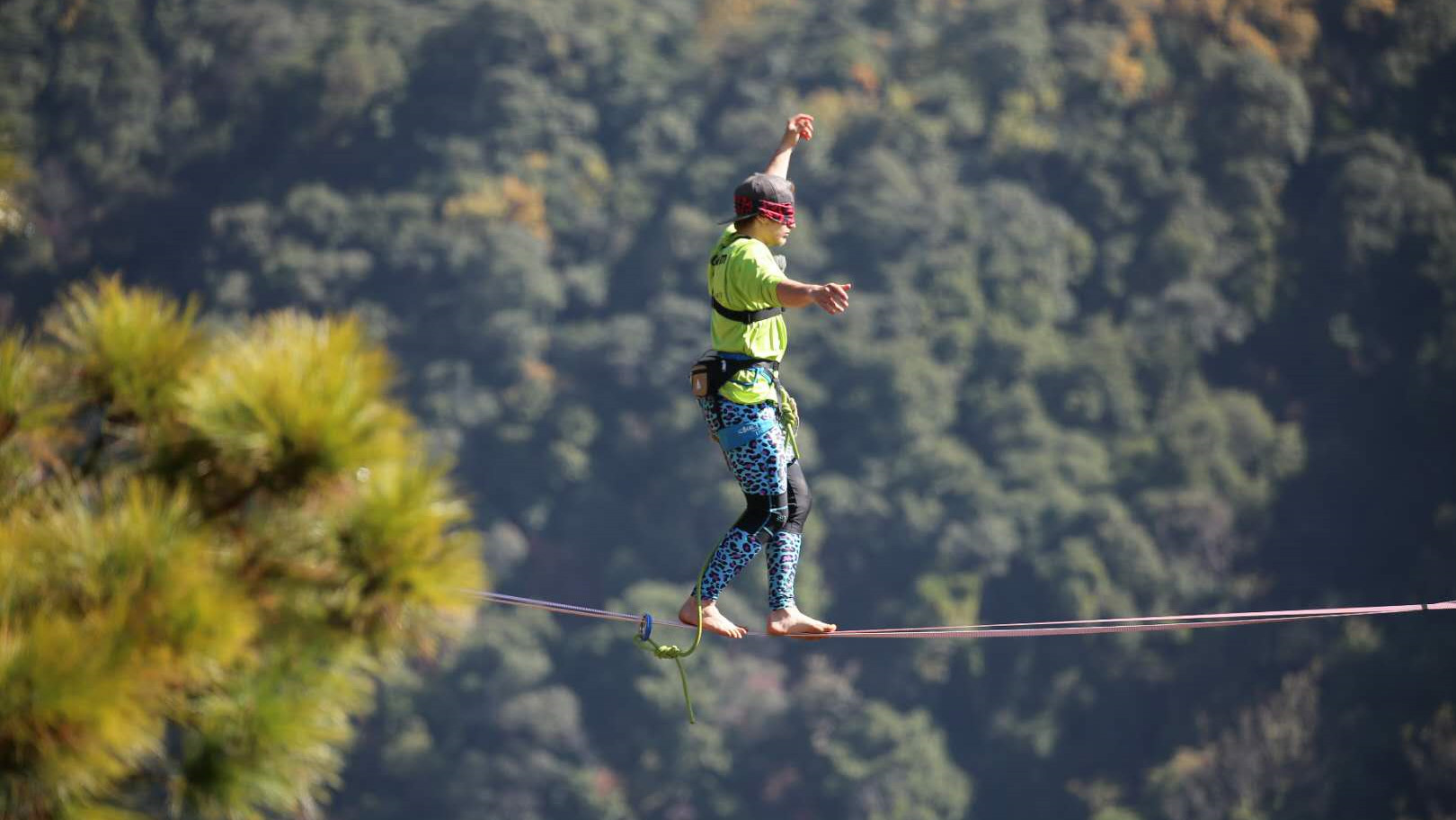 longest blindfolded slackline walk thumbnail